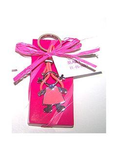 Detalles para los invitados. Llavero metal lacado tira de silicona niña. Se presenta en caja cartón con rafia y tarjeta con nombre y fecha del evento Medidas: 7,5 x 3,5 cm