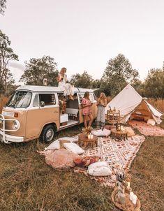 camping aesthetic 🍒❤️P I N T E R E S T : 𝙻𝙰𝚈𝙻𝙰 𝙵𝙻𝙾𝚁𝙰♥︎♥︎❤️🍒 // Dream camp set up, Picnic goals. Zelt Camping, Vw Camping, Camping Set Up, Camping Hacks, Camping Storage, Beach Camping, Camping Essentials, Camping Friends, Backpack Camping