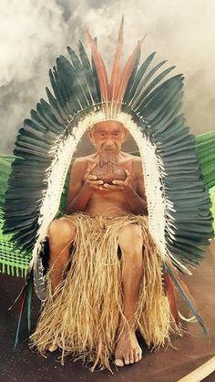 """""""Tata fez a passagem"""". Com essas poucas palavras, o líder indígena Tashka Yawanawa, presidente da Associação Sociocultural Yawanawa, informou sobre o encantamento do grande pajé Tata Yawanawa, aos 104 anos de idade. Ao povo Yawanawa nosso carinho, nosso afeto, nosso abraço solidário. Ao Tata, nossa gratidão pelo rastro de luz que deixa neste mundo. Para … People Around The World, Around The Worlds, Arte Plumaria, Amazon People, Forest People, Amazon Tribe, Xingu, Arte Tribal, Indigenous Tribes"""