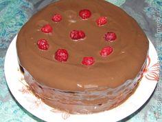 Блинный торт с шоколадным кремом и малиновым соусом