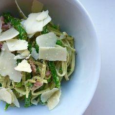 Yes!Ik ben er weer en heb gister weer een paar lekkere recepten voor jullie gemaakt! Het was voor ons even tijd om gezond te eten na een heftige week. Eerst heb ik maar eensde koelkast uitgeruimd na een week bijna niet te hebben gegeten en daarna gekeken waarmee ik iets mee kon maken. Ik had nog verse pasta dus het werd deze lente pasta met groene asperge! Het is een heel makkelijk en snel recept en kan binnen 10-15 minuten op tafel staan. Simpel maar lekker dus, een echte foodilove! Lente…