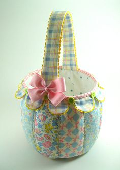 Fabric baskets have a hundred and one uses, and best of all they can be made in fabric to coordinate with your decor. These free fabric basket sewing patterns Halloween Baskets, Halloween Treat Bags, Fabric Crafts, Sewing Crafts, Sewing Projects, Sewing Tips, Sewing Hacks, Halloween Taschen, Fabric Boxes