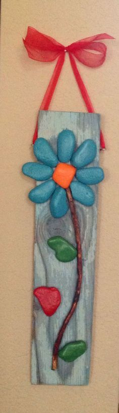 Wall Hanging Flower From Painted Rocks Stone Crafts, Rock Crafts, Crafts To Make, Arts And Crafts, Diy Crafts, Rock Flowers, Rock And Pebbles, Stone Painting, Painting Flowers