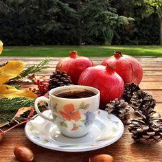 Good morning coffee lovers!  Günaydın kahveseverler! Nar seviyorsanız tam mevsimi Çarşıdan aldım 1 tane eve geldim 1000 tane #nodaywithoutcoffee #coffeelover #coffee #coffeeaddict #turkishcoffee #coffeesesh #autumn #kahve #kahvekeyfi #türkkahvesi #sonbahar #nar #pomegranate #stilllife #still_life_gallery #coffeeandseasons #tgif #goodmorning #igersturkey
