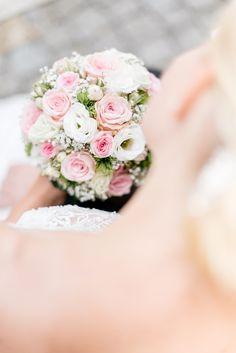 In diesen Brautstrauß mit weißen und rosa Rosen haben wir uns sofort verliebt. Foto: Jennifer & Thorsten Photography