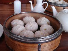"Bakpao merupakan makanan tradisional Tionghoa. Dikenal sebagai bakpao di Indonesia karena diserap dari bahasa Hokkian yang dituturkan mayoritas orang Tionghoa di Indonesia. Pao itu berati ""bungkusan"", dan bak itu artinya daging, jadi bakpao berarti ""bungkusan (berisi) daging""."