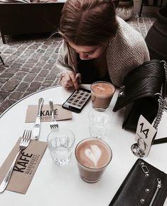 Makeup and fashion pics – Cecil Lopez makeup fashion Coffee Date, Coffee Break, Morning Coffee, Coffee Drinks, Coffee Cups, Coffee Coffee, Coffee Photos, Foto Instagram, Disney Instagram