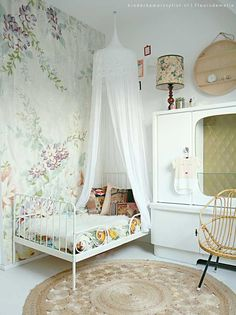 Girl's room with a vintage + boho + romantic vibe.Discover all the details on today's post