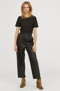 How to wear black pants bags ideas for 2019 Culottes Outfit, Trouser Outfits, Pull On Pants, Wide Leg Trousers, Pink Fashion, Women's Fashion, Casual T Shirts, Wearing Black, Black Pants