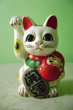 Maneki Neko holding a Daruma <3