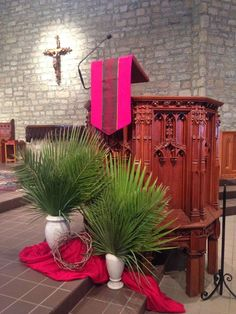 Joan of Arc Catholic Church, Powell, OH, Palm Sunday decorations. Church Flower Arrangements, Church Flowers, Easter Altar Decorations, Craft Decorations, Alter Decor, Altar Design, Church Stage Design, Church Banners, Palm Sunday