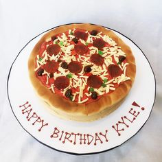 A pizza cake for a pizza party tonight. 🍕😍🍕 I've never felt so confused while decorating a cake! 😂 Loved doing this cake for my friend, Megan, who wanted to make her boyfriend's birthday super special. Happy birthday, Kyle! #cakemeaway #cakemeawayfresno #pizzacake #pizzaorcake #birthdaycake #pizzaparty #pizza #ilovepizza #edibleart #customcakes #handmadewithlove