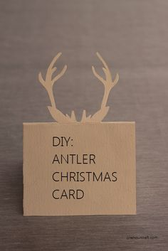 Vous avez déjà préparé vos décorations de Noël, vous connaissez votre menu du réveillon, mais vous n'avez pas encore les petits détails qui rendront votre table sublime ! Je vous ai trouvé un superbe DIY marque-place à la pointe de la tendance.