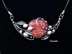 Snění+-+jaspis+mookait,+perla+Šperk+je+vyroben+cínováním.+Je+tvořenpřekrásným+4+x3,5+cm+velkým+jaspisem+mookait,+jehož+barvu+je+těžké+pojmenovat.+Není+ani+růžová+ani+červená+ani+vínová,+zkrátka+něco+mezi+tím.Doplněn+jebílými+perlami+různé+velikosti.+Šperk+je+otevřený+a+jeveliký+10+x+5+cm,je+zavěšen+na+černé+kůži+o+průměru+3+mm,+dlouhé...