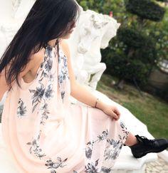 Abito rosa lungo con fiori grigi