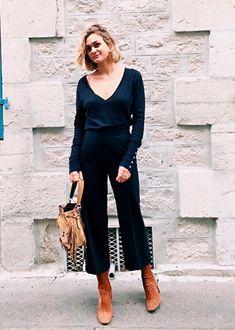 Street Style de Adenorah usando look social todo marinho com calça blusa e bota