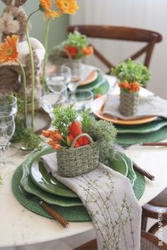 Clever Easter or Spring baskets to complete the table setting filled with carrots and greens ~ LOVE it so much! Clever Easter or Spring baskets to complete the table setting filled with carrots and greens ~ LOVE it so much! Table Orange, Decoration Evenementielle, Easter Table Settings, Tea Table Settings, Beautiful Table Settings, Table Arrangements, Easter Party, Easter Dinner, Deco Table