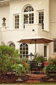 Fachada de casa linda com grandes janelas e um jardim em volta