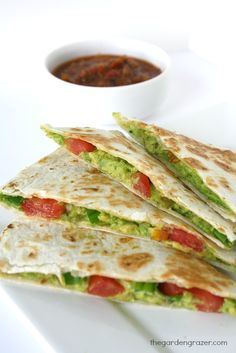 Easy Vegan Quesadilla that replaces cheese with healthy, creamy avocado!) Plus they only 10 minutes to make! Mexican Food Recipes, Whole Food Recipes, Vegetarian Recipes, Cooking Recipes, Healthy Recipes, Lunch Recipes, Delicious Recipes, Dessert Recipes, Vegan Foods