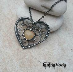 ...NoRMa+HeaRT...náhrdelník+Cínovaný+patinovaný+náhrdelník+ve+tvaru+srdce+z+křemene.+Šperk+je+patinovaný,+leštěný+a+ošetřený+antioxidačním+přípravkem.+Velikost+šperku:+dělka+4,7cm,+šířka+5cm+Použitý+materiál:+pocínovaný+měděný+drát,+bezolovnatý+pájka+-+cín+se+stříbrem.+Šperk+je+zavěšený+na+řetízku+s+povrchovou+úpravu+gun+metal+o+délce+cca+48cm...