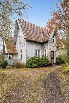 En äldre villa med renoveringsbehov. Spännande arkitektur och oinredd övervåning med stor potential. Stor lantligt tomt med centralt läge i Tvåstad