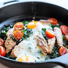 Jajka zapiekane z jarmużem i makrelą | Kwestia Smaku