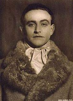 Ludwig Trautmann (* 22. November 1885 in Dachsbach[1]; † 24. Januar 1957 in Berlin) war ein deutscher Schauspieler.Vom Juli bis Oktober 1935 wurde er wegen homosexueller Handlungen aufgrund von § 175 inhaftiert, anschließend folgte sein Ausschluss aus der Reichstheaterkammer und aus der Reichsfilmkammer. Foto Alexander Binder