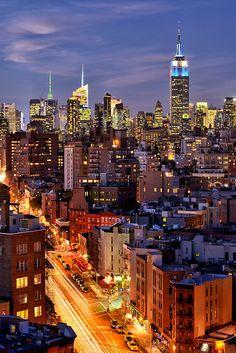 Manhattan New York, Manhattan Skyline, Manhattan Night, Nyc Skyline, Empire State Building, City By Night, Night Life, Places Around The World, Around The Worlds
