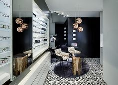 Black and white are the dominant colours of the design concept, which has been combined here very harmoniously and gently. The floral tiling in black and white is found throughout the store, giving the concept its very own style as a dominant charming feature.