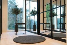 INSIGNIA markant skyvedør med sort omramming og klart speil. Lekkert! Windows, Interior, Home Decor, Cloakroom Basin, Indoor, Homemade Home Decor, Design Interiors, Window, Interior Design
