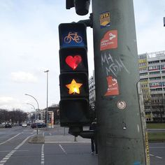Kurzer Ampelstop und dann geht's entspannt in den Samstag. Dieses schöne Stück findet ihr übrigens in Friedrichshain. Und falls ihr euch wundert: Grün hat eine Tropfenform. ;) PB #berlin #friedrichshain #wonderlustberlin #berlin2go #berlin4you #berlineransichten #prettylittleberlin #likeberlin #igersberlin  #instaberlin #bln #weloveberlin #hauptstadt #visitberlin #visit_berlin #trafficlight #kiezcouture