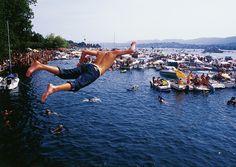 http://ow.ly/nrhMF El Street Parade en #Suiza es una de las fiestas techno más grandes del mundo, que se celebra en las orillas del lago en Zúrich. Este festival promueve la libertad, la diversión y la amistad, que hace sumergirse en el ambiente muy especial. El albergue Richterswil está la lado del lago mismo, así que no tendrá que ir lejos para llegar a su cama cómoda y para tomarse una ducha caliente después de un día duro de fiesta! #circuitosPalacio