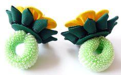 A flores se hacen en la técnica del tsumami kanzashi. Las flores se hacen de cinta del grossgrain... D flor ~ 2 pulgadas (5 cm). A petición del cliente se puede hacer una flor de combinaciones de colores diferentes. Mis trabajos hechos a mano puede ser un regalo único para usted, su