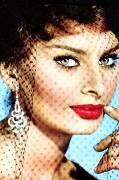 Sophia Loren, goddess, simple classic makeup suits me best, I can't wear fancy odd colours! Old Hollywood Glamour, Vintage Hollywood, Classic Hollywood, Hollywood Stars, Divas, Classic Beauty, Timeless Beauty, Loren Sofia, Sophia Loren Images