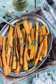 Zanahorias asadas con finas hierbas. Receta fácil y saludable con fotografías de cómo hacerla y recomendaciones de cómo servirla. Recetas de verduras