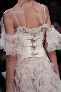 awesome Alexander McQueen Fall 2016 Ready-to-Wear Fashion Show Details - Vogue Haute Couture Style, Couture Mode, Couture Fashion, Runway Fashion, High Fashion, Fashion Show, Womens Fashion, Fashion Trends, Fashion Belts