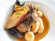 Bouillabaisse  Die Bouillabaisse ist ein herrliches Gericht aus Südfrankreich.  Diese hier schmeckt wunderbar und hat den unbestreitbaren Vorteil, dass die Zutaten auch hier zu bekommen sind.  http://einfach-schnell-gesund-kochen.de/bouillabaisse/