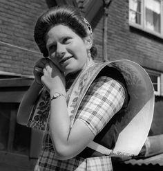 Vrouw in klederdracht, Bunschoten en Spakenburg (1950-1960)  Maker:  fotograaf: Oorthuys, Cas