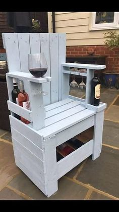 This is such an innovative idea of the wood pallet shipping creations where you can view out the use of the pallet in the functioning taste of the chair designing. This chair designing has been fixed up with the implications of the wine rack and glass holder stand too.