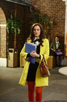 Blair Waldorf usando un saco en color amarillo mientras lleva un uniforme escolar