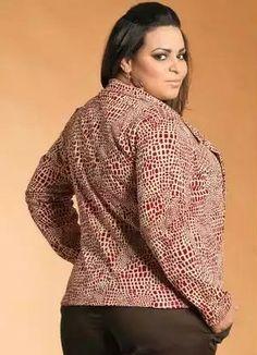 Blazer Plus Size Feminino Estampado - Marguerite, desenvolvido emmoletinho. Modelo manga longa, com abertura frontal de botões.  Blazer estampado com efeito craquelado.  Ideal para quebrar a seriedade do look de trabalho. Combine com blusas básicas, calça jeans ou social e bermudas.