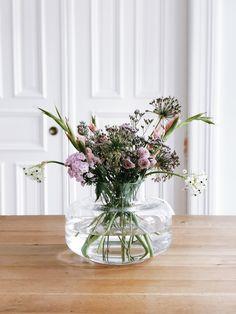 Glass vase from Marimekko. Hanna Plagens fills him . - Blumenarrangements im Haus - Vase ideen Marimekko, Ikebana, Flower Power, Pop Up Dinner, Home Grown Vegetables, Clear Vases, Design Blog, Cool Plants, Vases Decor