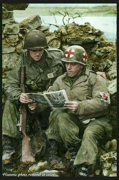 Soldado da 80th Divisão de Infantaria e um Médico também Americano lêem uma Revista em Quadrinho, em Luxemburgo, dia 12 de Fevereiro de 1945.