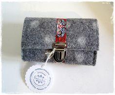 Filz-Portemonnaie Grau mit aufgefilzten weißen Punkten aus Wollfilz, nutzbar als Geldbörse oder Gürteltasche, Schmuckband, Steckschloss,