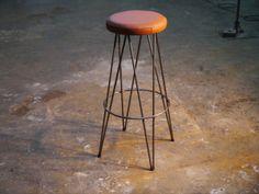 Taburete con asiento de cuero natural y estructura de varilla de hierro vintage