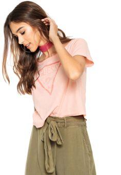 ffd627d98d Compre Camiseta Guess Cropped Estampada Rosa na Dafiti Brasil. ✓ Frete  grátis para todo o