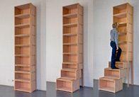 Bietet leicht erreichbaren Stauraum bis unter die Decke: das Treppenregal. #OBI #Selbstbauanleitung #Storage