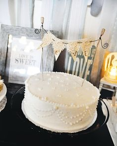 single-layer, buttercream piping in lace-like pattern