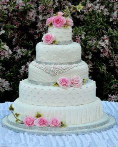 Torta nuziale bianca e rosa, torta nuziale a piani con perle. Guarda altre immagini di torte nuziali: http://www.matrimonio.it/collezioni/torte_nuziali/5__cat