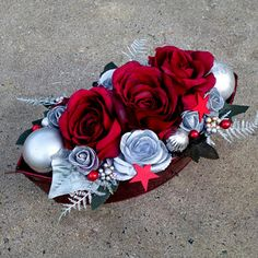 Bordó růže v plechové lodičce s reliéfem Christmas Wreaths, Christmas Decorations, 4th Of July Wreath, Flowers, Home Decor, Crown, Christmas Swags, Homemade Home Decor, Holiday Burlap Wreath